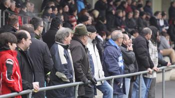 Irre: Fan verliert Gebiss bei Fußballspiel