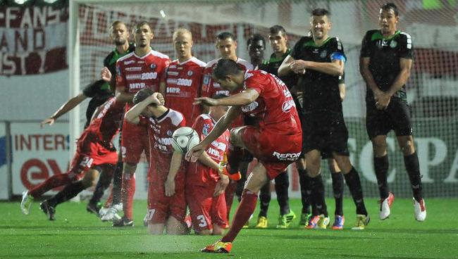 fussball-fc-pasching-vs-sk-vorwaerts-steyr-09082013-rexhe-bytyci-beim-freistoss