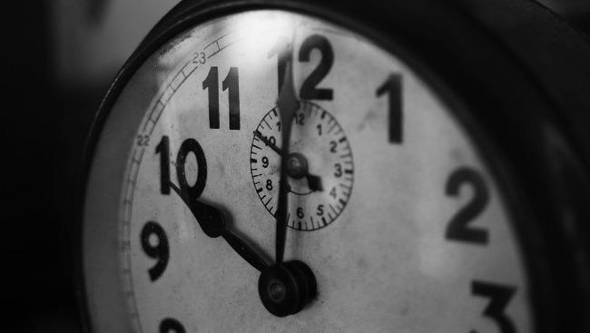 Uhr Uhrzeit Zeit Symbolbild