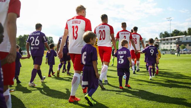 Einlaufen 2. Liga Liefering Klagenfurt Einlaufkinder