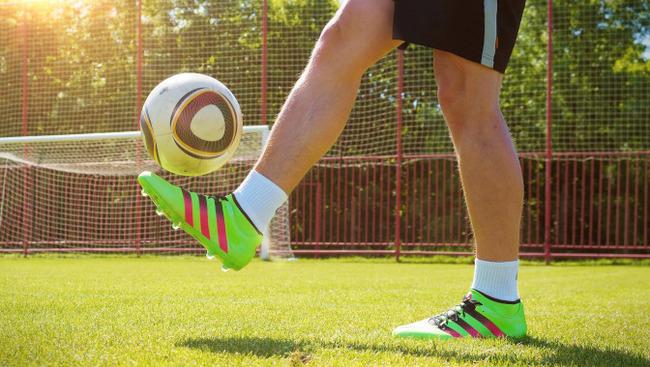 Gaberln Ball hochhalten Symbolbild Fußball