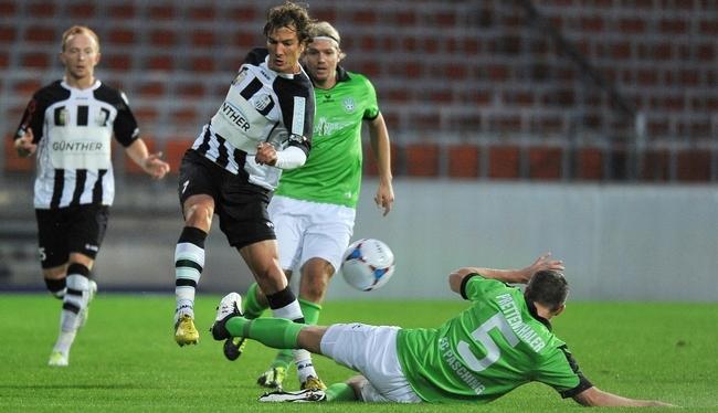Fussball LASK vs FC Pasching 17.09.2013 - Mario Buric,weiss vs Mark Prettenthaler,grün