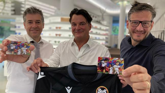 SV Spittal Saisonkarten SVS-Finanzvorstand Christian Kollenz, SVS-Obmann Gerald Gadnik, Daniel Kuschinsky (Geschäftsführer Nitsch United Optics)