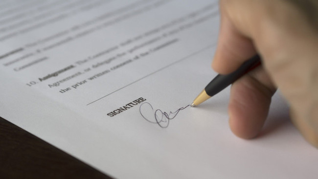 Unterschrift Vertrag Transfer Wechsel